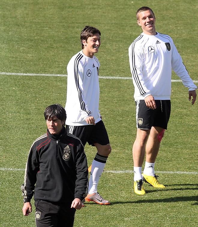 Чемпионат мира — 2010. Йоахим Лёв, 21-летний Месут Озил (в центре) и Лукаш Подольски