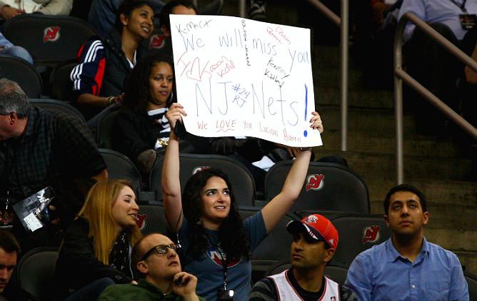 """Болельщица """"Нью-Джерси"""" на последнем матче своей команды в Ньюарке."""