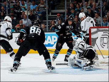 "18 мая 2013 года. Сан-Хосе. Плей-офф НХЛ. 1/4 финала. Матч № 3. ""Сан-Хосе"" — ""Лос-Анджелес"" — 2:1 (ОТ). В атаке Бракен Кирнс и Брент Бёрнс."