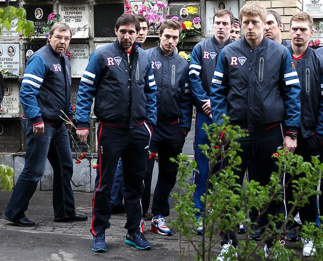 Данис Зарипов (второй слева) в составе сборной России посетил могилу Валерия Харламова