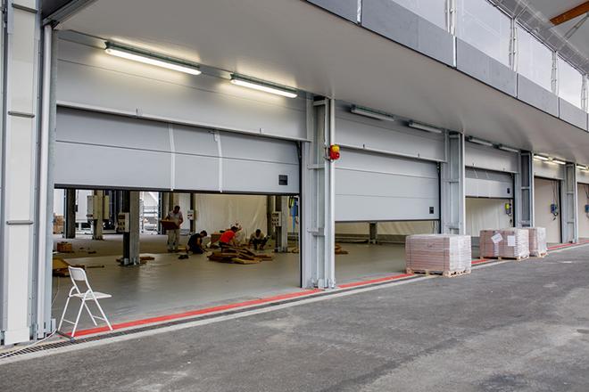 Рабочие готовят боксы к приезду команд Формулы-1