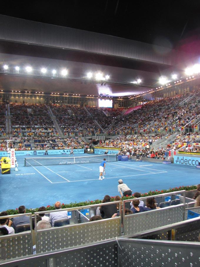 Роджер Федерер подаёт на матч против Давида Феррера