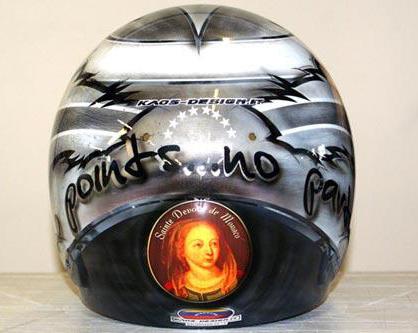 Шлем Пастора Мальдонадо с изображением святой Девоты
