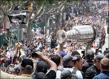 "14 июня. Лос-Анджелес. Парад в честь ""Лос-Анджелес Кингз"", завоевавших Кубок Стэнли-2012"