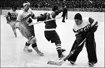 7 марта 1954 года. Стокгольм. Чемпионат мира. СССР — Канада — 7:1. Голкипер Николай Пучков останавливает канадскую атаку