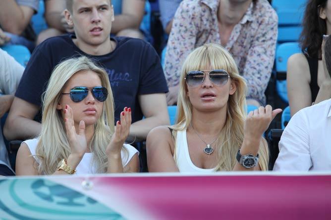 Жёны Андрея Воронина и Андрея Пятова на тренировке сидели в первых рядах