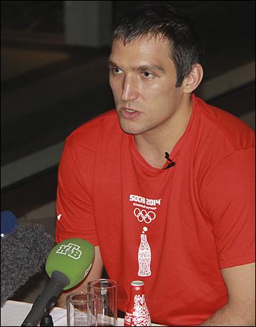 Овечкин отвечает на вопросы журналистов на пресс-конференции Coca-Cola