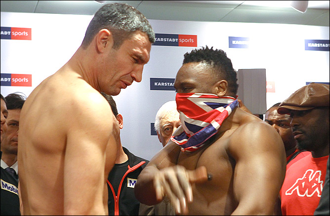 Чизора нанёс пощёчину Кличко во время дуэли взглядов