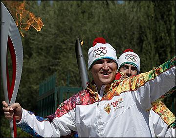 С огнём и улыбкой. Александр Овечкин приблизил олимпийский огонь к Сочи на 400 метров