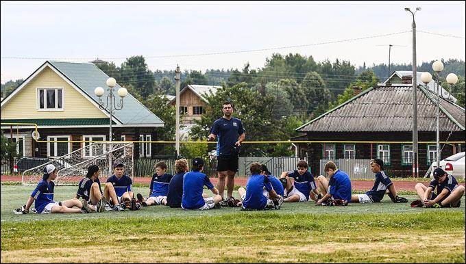 Семёновская пастораль: искусственный газон пятого поколения посреди деревенских срубов