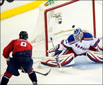 "2 мая 2013 года. Вашингтон. Плей-офф НХЛ. 1/8 финала. Матч № 1. ""Вашингтон"" — ""Рейнджерс"". Александр Овечкин сравнивает счёт"