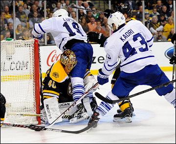 """1 мая 2013 года. Бостон. Плей-офф НХЛ. 1/8 финала. Матч № 1. """"Бостон"""" — """"Торонто"""" — 4:1. Джоффри Лупул и Назем Кадри атакуют ворота """"Бостона"""""""