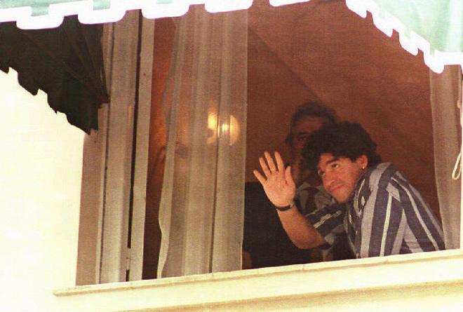 Однажды Диего Марадона начал отстреливаться от журналистов и фотографов прямо у порога собственного дома, за что угодил в полицию