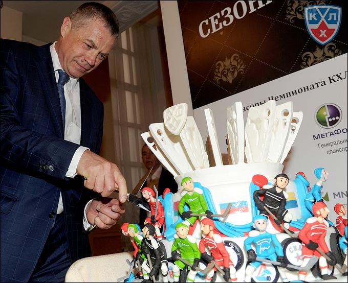 Александр Медведев и праздничный торт