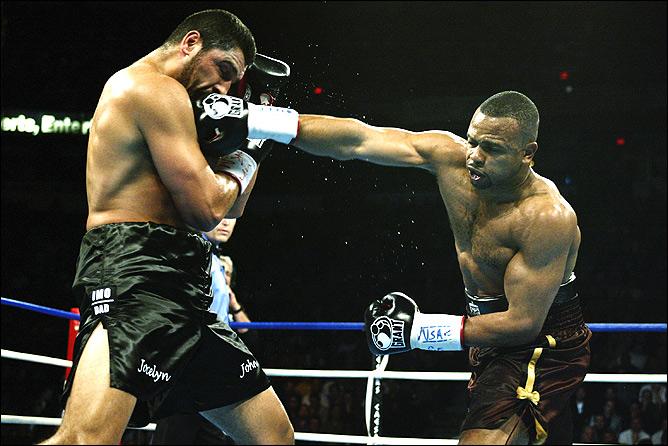 В своё время Джонс выходил в ринг против соперника-супертяжеловеса. В марте 2003-го он по очкам победил Джона Руиза, отобрав у него чемпионский пояс.