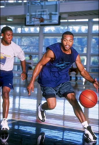 Игра в баскетбол, по признанию Джонса, стоит у него на втором месте после бокса. Если бы, что-то не заладилось в боксе, податься было бы куда.