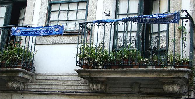 Сине-белая атрибутика является таким же обязательным элементом убранства фасадов домов, как, например, герань
