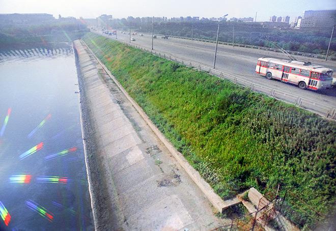 Ереванское озеро. Дорога, с которой 16 сентября 1976 года, потеряв управление, в воду упал троллейбус