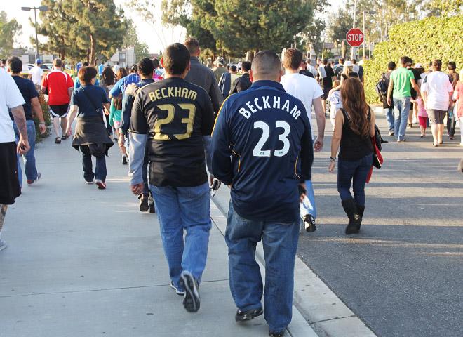 Подавляющее большинство болельщиков по-прежнему облачено в футболки Дэвида Бекхэма