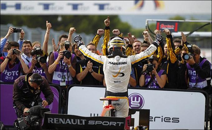 Магнуссен празднует победу во второй гонке во Франции