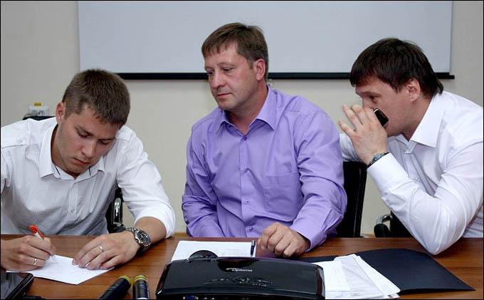Максим Шостов (в центре) на пресс-конференции руководства клуба