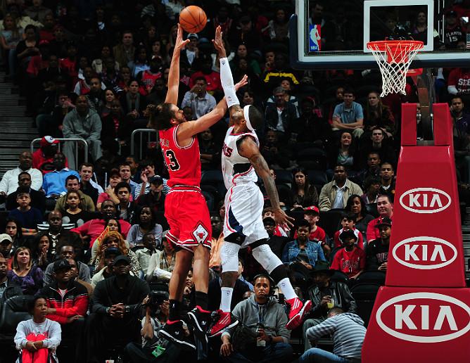 """Джош Смит пытается заблокировать бросок Жоакима Ноа во время матча """"Атланта"""" — """"Чикаго"""" на Philips Arena"""