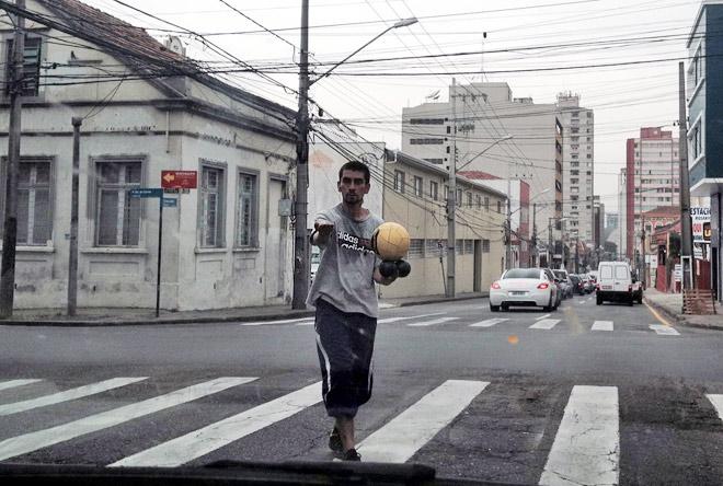 «Останавливаются машины, и тут с тротуара на проезжую часть вылетает юркий парень с четырьмя мячами и начинает ими жонглировать»