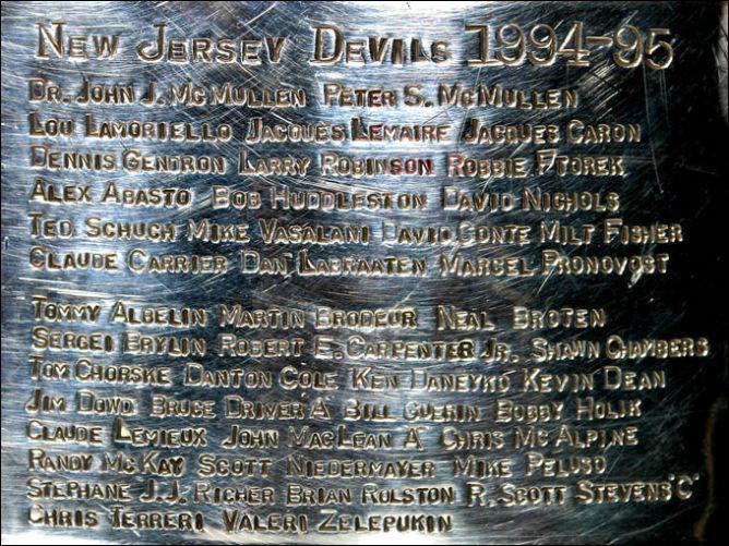 Гравировка 1995 года на Кубке Стэнли.