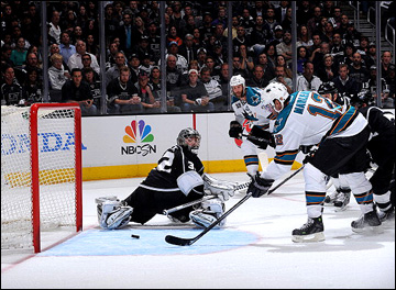 "16 мая 2013 года. Лос-Анджелес. Плей-офф НХЛ. 1/4 финала. Матч № 2. ""Лос-Анджелес"" — ""Сан-Хосе"" — 4:3. Патрик Марло забрасывает шайбу ""королям"""