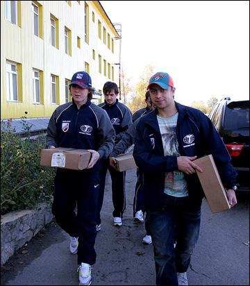 """Хоккеисты """"Казцинк-Торпедо"""" в школе-интернате. С подарками"""