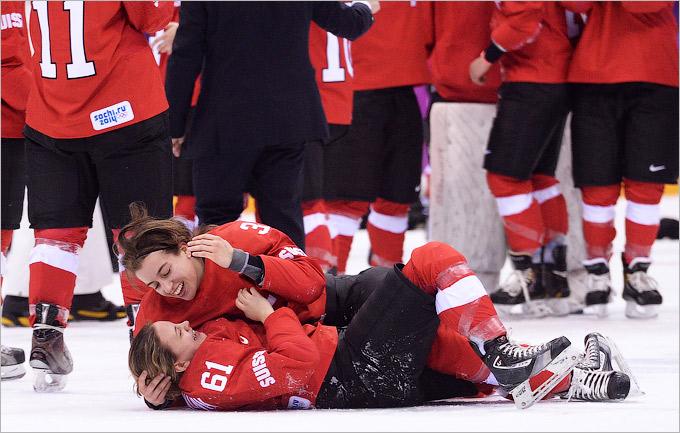 Швейцарки отмечают завоевание бронзы в женском хоккее