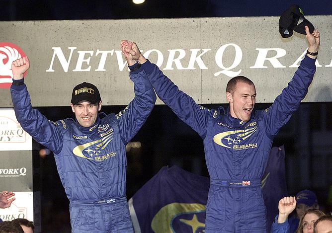 Ричард Бёрнс и его штурман Роберт Рейд празднуют чемпионство-2001