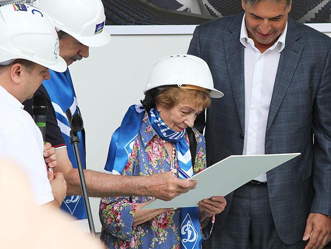 Валентина Яшина подписывает диплом