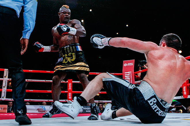 Денис Лебедев провёл успешную защиту титула чемпиона мира по версии WBA, победив по очкам Йоури Каленгу