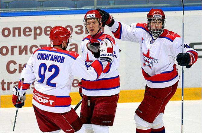 """Хоккеисты """"Красной Армии"""" празднуют забитый гол"""