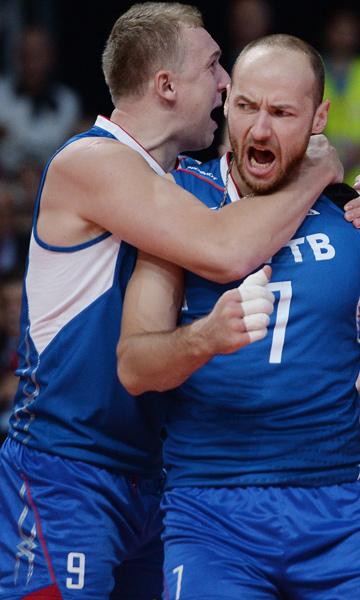 Игроки сборной России Алексей Спиридонов и Николай Павлов радуются победе над Сербией