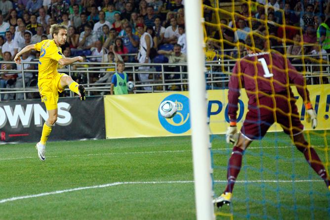 Ворота сборной Швеции атакует Марко Девич