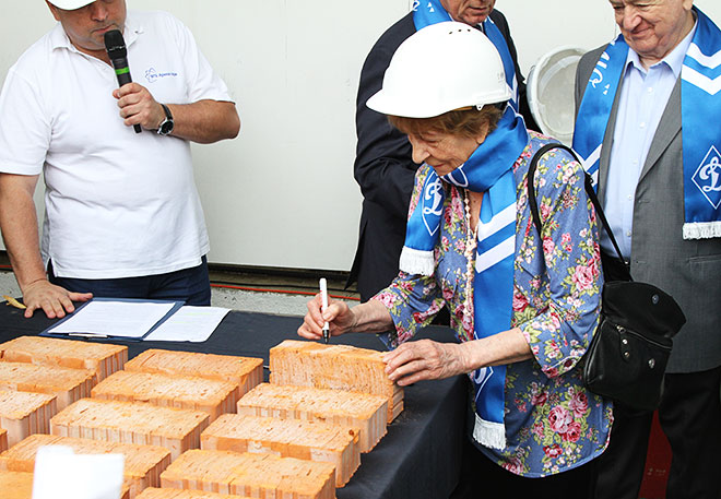 Валентина Яшина подписывает первый кирпич