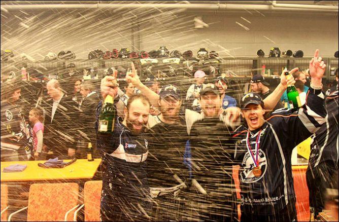 Чемпионы в брызгах шампанского.