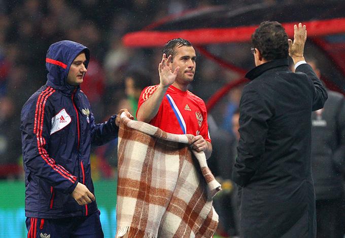 Фабио Капелло благодарит Александра Кержакова, забившего победный мяч в матче со сборной Португалии