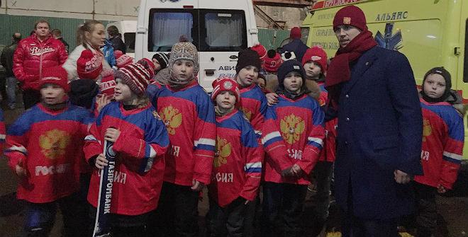 Сергей Широков и юные хоккеисты