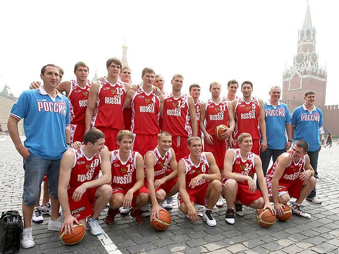 Командное фото мужской сборной России по баскетболу.