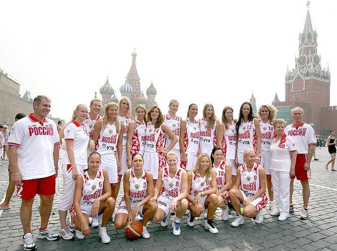 Командное фото женской сборной России по баскетболу.