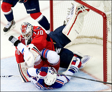 """10 мая 2013 года. Вашингтон. Плей-офф НХЛ. 1/8 финала. Матч № 5. """"Вашингтон"""" — """"Рейнджерс"""" — 2:1 (ОТ). Опасный момент у ворот хозяев"""