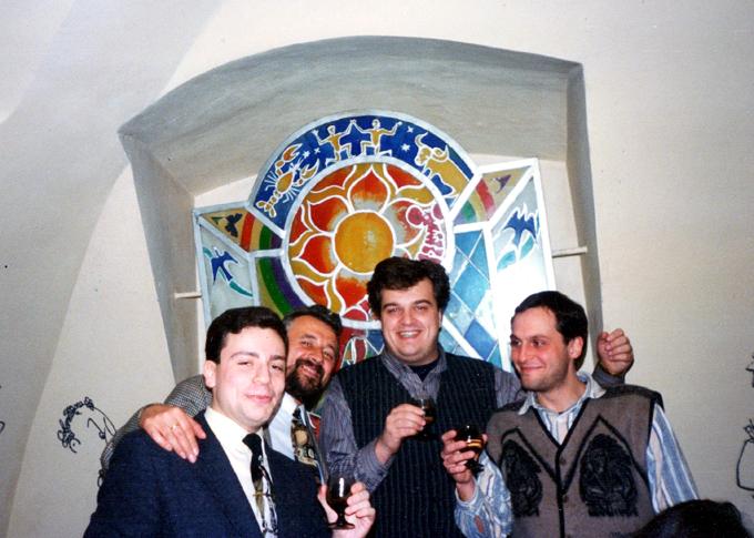 Февраль 1996 года, Дом журналиста. Будущие авторы книги Игорь Рабинер и Сергей Микулик вместе с Василием Уткиным и Дмитрием Фёдоровым