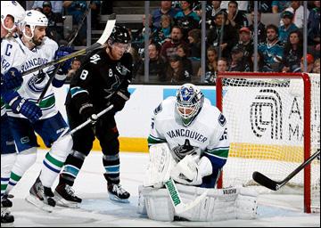"7 мая 2013 года. Сан-Хосе. Плей-офф НХЛ. 1/8 финала. Матч № 4. ""Сан-Хосе"" — ""Ванкувер"" — 4:3 (ОТ). Джо Павелски атакует ворота ""Сан-Хосе"""
