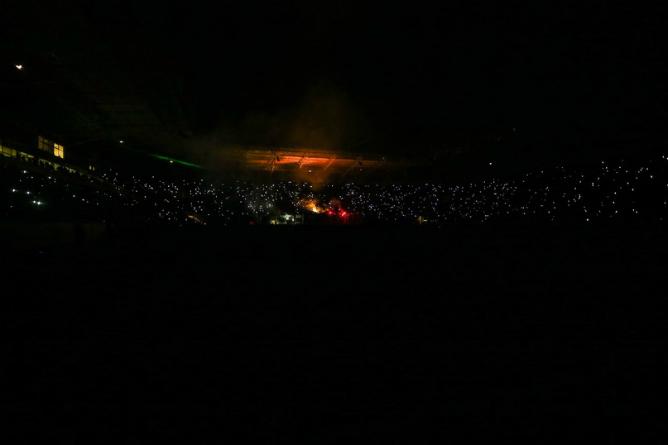 Почти целый час болельщики ожидали возобновления игры в Днепропетровске в темноте