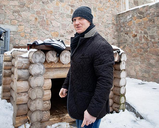 Константин Панов с воспитанниками спортивной школы «Трактор» передал подарки от клуба подопечному Алтыну