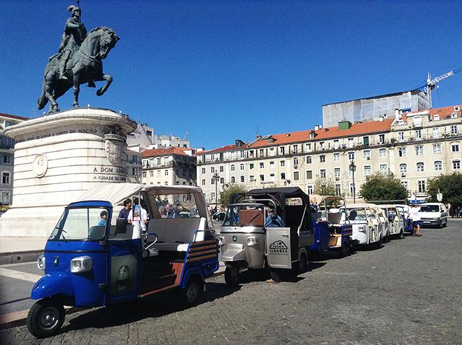 Компактные и очень забавные машинки под названием «тук-тук» — самый популярный транспорт для туристов в Лиссабоне