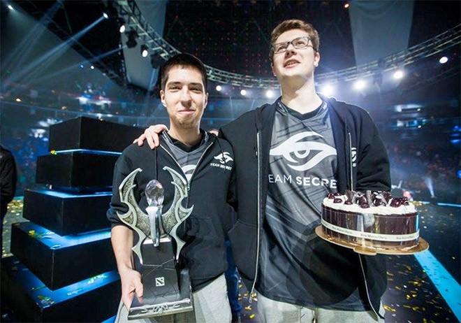 W33 и Puppey отпраздновали день рождения не только тортом, но и чемпионским трофеем